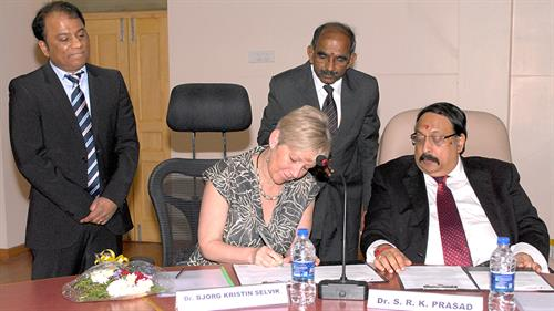 Vice Rector at HVL, Bjørg Kristin Selvik and Correspondent CIT, Dr. S. R. K. Prasad, signs the Memorandum of Understanding.