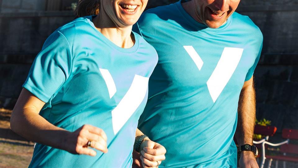 Kvinne og mann løpende med HVL-treningsskjorter